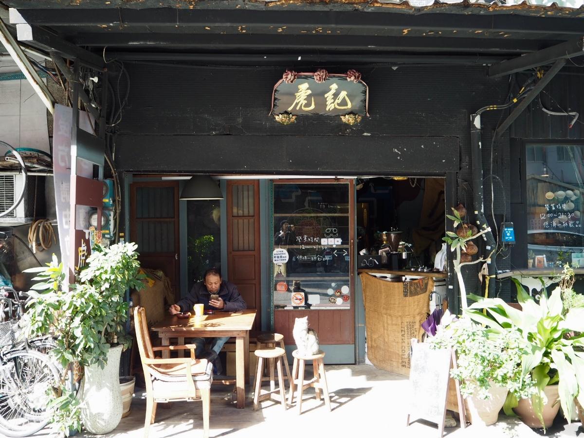 看板ネコがお出迎え。地元にとことん愛されるコーヒーショップ