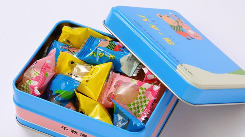 レトロな缶と世界観がかわいい、北海道の「小熊のプーチャンバター飴」