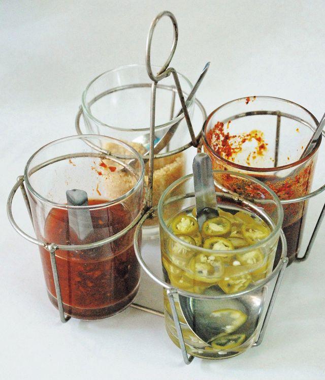 タイ料理 テーブル 必ずある調味料4つ
