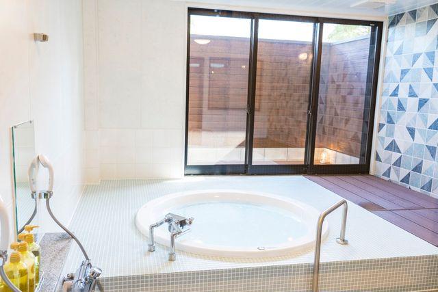高滝湖グランピングリゾート 職員室を改装した浴室